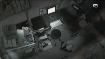 Die Bilder der Überwachungskamera zeigen Einbrecher, die im Denner auf dem Boden robben.