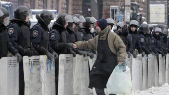 Demonstrant in Kiew grüsst einen Polizisten (Bild vom Dienstag)