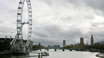 """Blick auf London Eye und Thames: Sollte Grossbritannien die EU verlassen, würde das der Wirtschaft wohl schaden. Deshalb senkte S&P den Bonitätsausblick für das Land auf """"negativ"""" (Symbolbild)"""