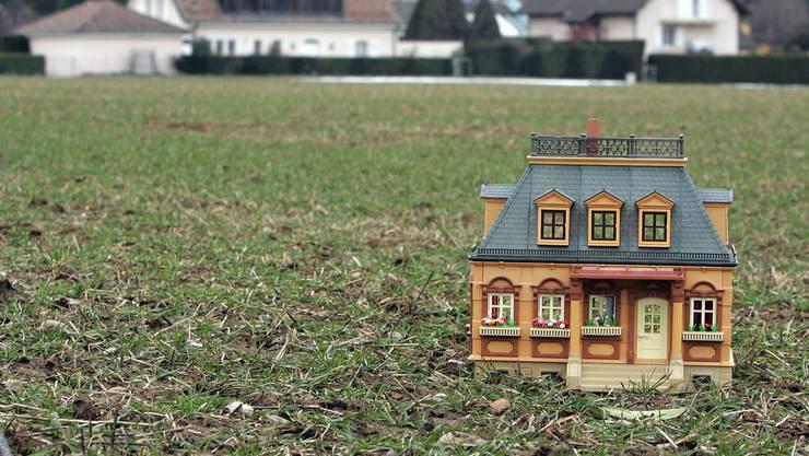Das Bauland wird günstiger, die Immobilienpreise zeigen jedoch weiterhin nach oben. (Themenbild)