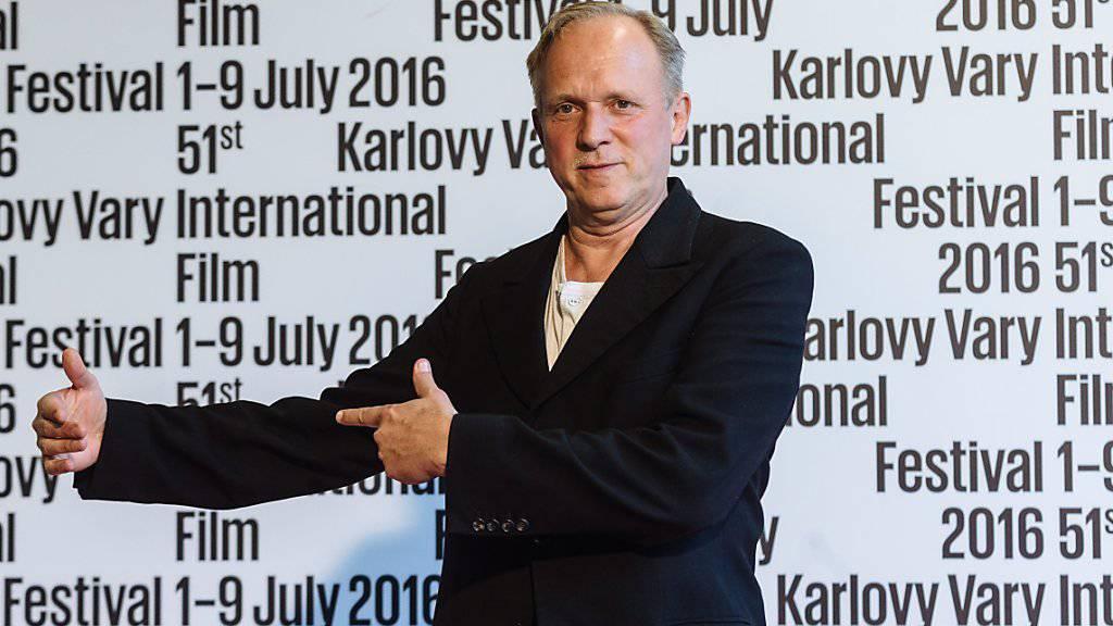 Ulrich Tukur wechselt von vor der Kamera hinter den Schreibtisch. (Archivbild)