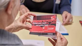 Seniorin bei der Schuldenberatung. Rentenbezüger sind aber bei weitem nicht die einzigen, die gegen Schulden kämpfen: Über 40 Prozent der Schweizer Wohnbevölkerung lebt in Haushalten, die von mindestens einer Sorte Schulden betroffen sind. (Symbolbild)