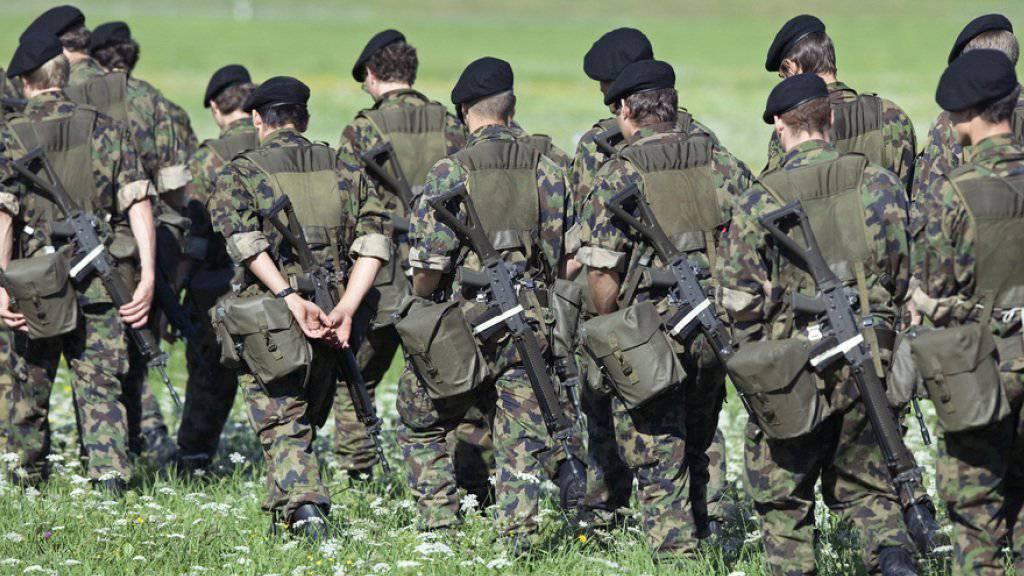 Der Bundesrat lenkt ein und will den Zahlungsrahmen für die Armee in den nächsten vier Jahren auf 5 Milliarden Franken pro Jahr aufstocken. (Archivbild)