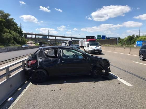 Er kollidierte mit der Leitplanke, sein Wagen überschlug sich und rutschte mehrere Meter auf dem Dach über die Fahrbahn. Das Auto erlitt Totalschaden, der Lenker blieb unverletzt.