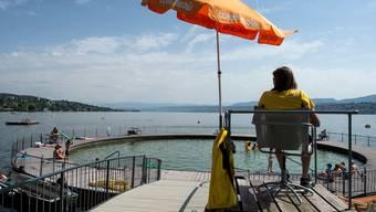 Badewetter schon im Mai: Kinder und Erwachsene vergnügen sich bei sommerlichen Temperaturen im Schwimmbad Tiefenbrunnen in Zürich.