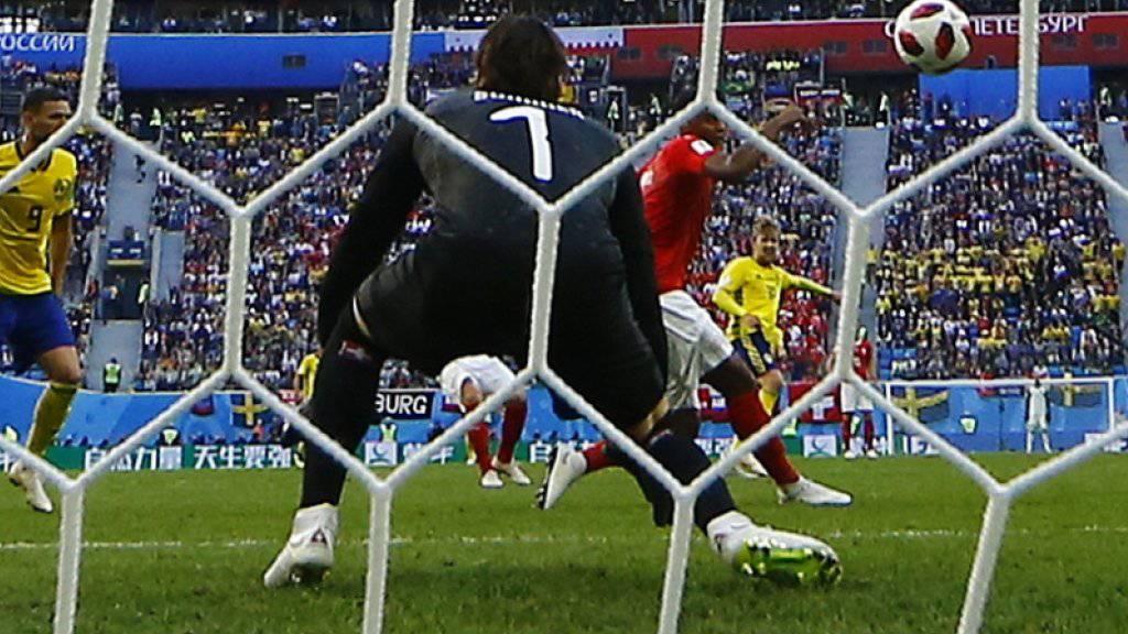 Der Schweizer Goalie Yann Sommer kann dem Ball nur noch hinterherschauen
