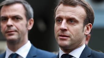 Frankreichs Präsident Macron (r) hat die Schliessung der Bildungseinrichtungen ab Montag angekündigt. (Archivbild)