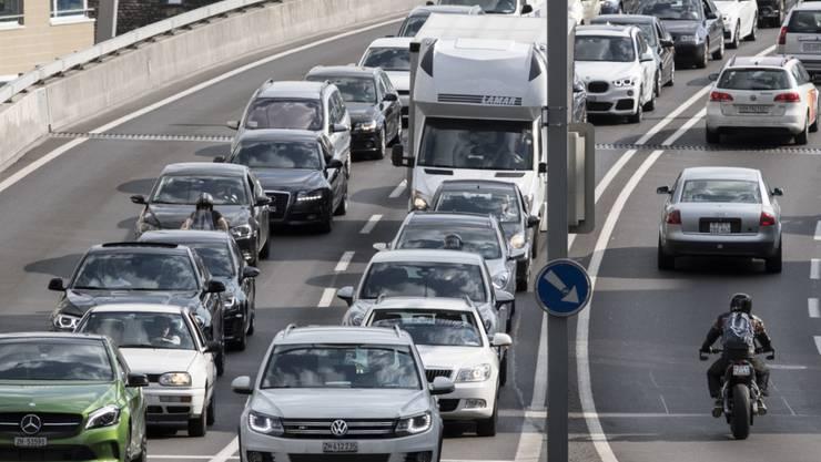 So mancher Pendler wäre gern schneller mit dem Auto bei der Arbeit und wieder zuhause. Eine Idee: Staus vermeiden durch ein Buchungssystem. (Archiv)