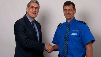 Der Niederrohrdorfer Gemeindeammann Gregor Naef gratuliert dem neuen Repol-Chef Daniel Schreiber.