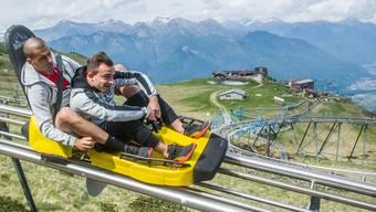 Rasante Rodelfahrt: Eren Derdiyok vergnügt sich beim Schweizer Teamevent auf dem Monte Tamaro zusammen mit Xherdan Shaqiri. Nach schwierigen Jahren ist er zurück in der Nationalmannschaft.