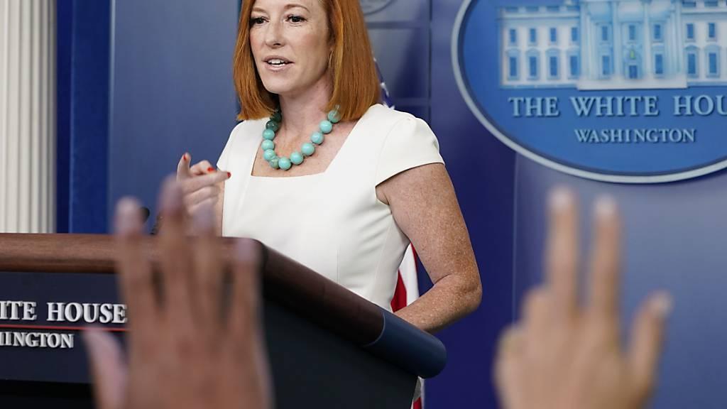 Jen Psaki, Pressesprecherin des Weißen Hauses, spricht während des täglichen Presse-Briefings im Weißen Haus. Die USA wollen die wegen der Corona-Pandemie verhängten Einreisebeschränkungen für Reisende aus Europa und anderen Staaten vorerst nicht aufheben. Foto: Susan Walsh/AP/dpa