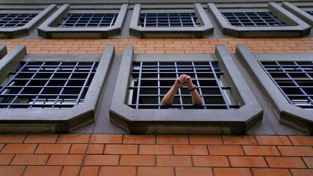 Ein Häftling schaut aus dem Fenster (Symbolbild)