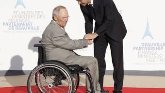 Frankreichs Finanzminister Francois Baroin begrüsst seinen deutschen Amtskollegen Wolfgang Schäuble in Marseille