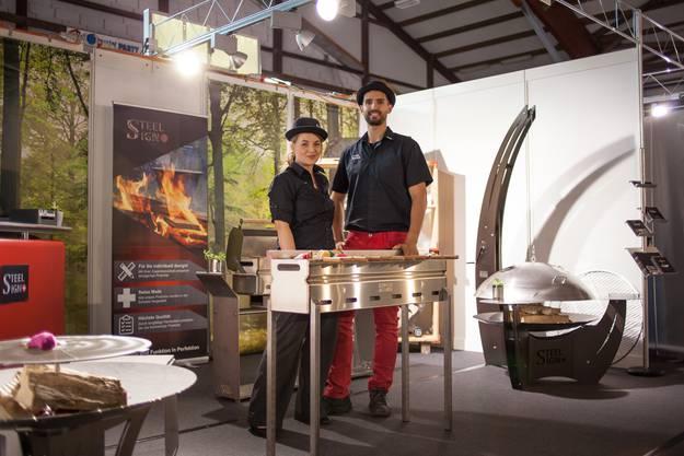 Nicole Mai (36) und Philipp Bühler (33) entwickeln und produzieren verschiedene Grills.