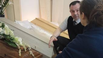 Im Showroom von «Badener Bestattungen» zeigt Bestatter Michael von Arx die verschiedenen Sargmodelle: Vom Luxus- bis zum Biosarg ist alles zu haben. Die ausgestellten Modelle kosten zwischen 850 und 2000 Franken.