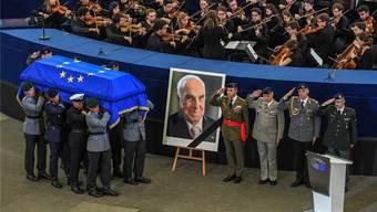 Der Sarg von Helmut Kohl, Ehrenbürger Europas, gestern Vormittag im Europaparlament in Strassburg. Keystone