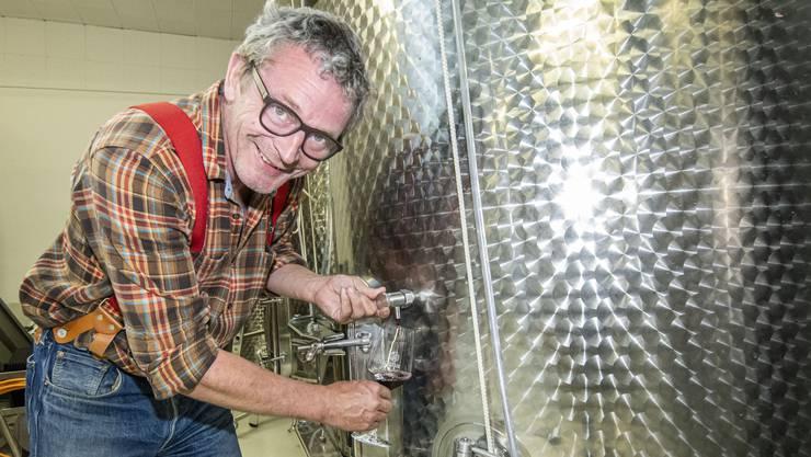 Der leidenschaftliche Weinliebhaber Valentin Schiess ist der einzige Kelterer auf Stadtboden.