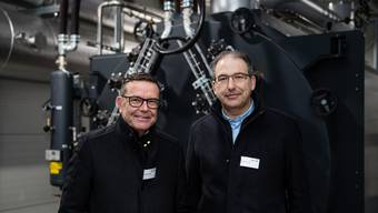 Walter Wirth, Präsident des Verwaltungsrates der BKW AEK Contracting AG, und Geschäftsführer Boris Meyer in der Heizzentrale.