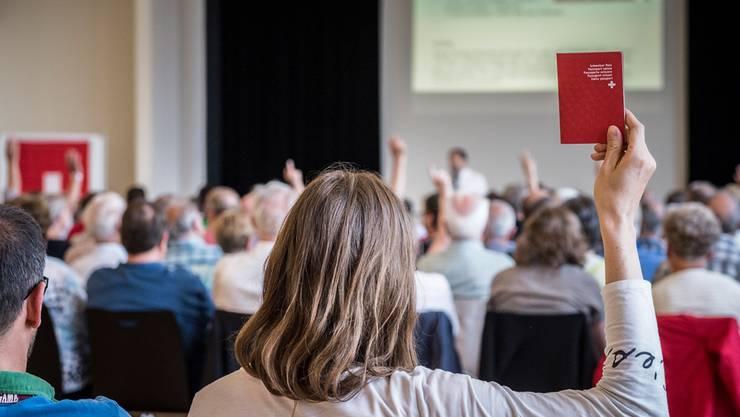 Vielerorts bestimmen Gemeindeversammlungen über Einbürgerungen. Was überall gilt: Wer ordentlich eingebürgert werden will, muss Geduld haben. Annika Brütschi