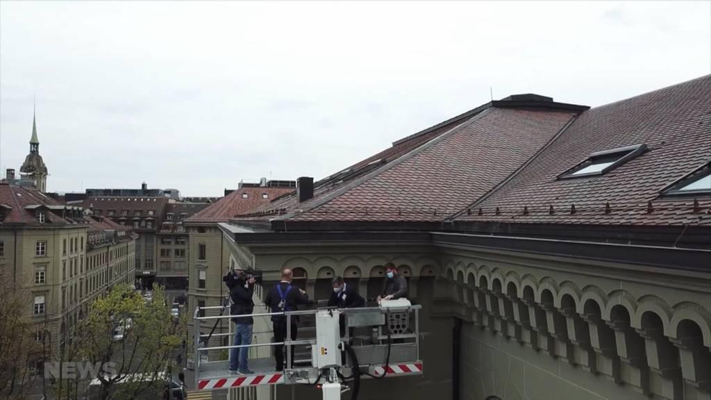Neues «Vogel-Daheim» am Bundeshaus: Aebi montiert zwölf Nisthilfen für Alpen- und Mauersegler
