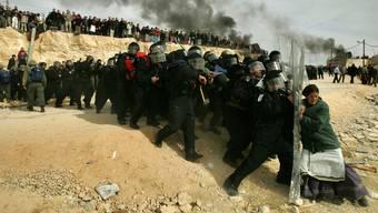 Auseinandersetzungen zwischen Sicherheitskräften und Zivilisten. Symbolbild.