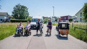 Start zur Schweiz-Reise: v.l Daniela Moser, Christa Leisi, Marlis Rüegsegger, im Auto Cornelia Hess, Isabelle Schmid und Esther Lattmann.