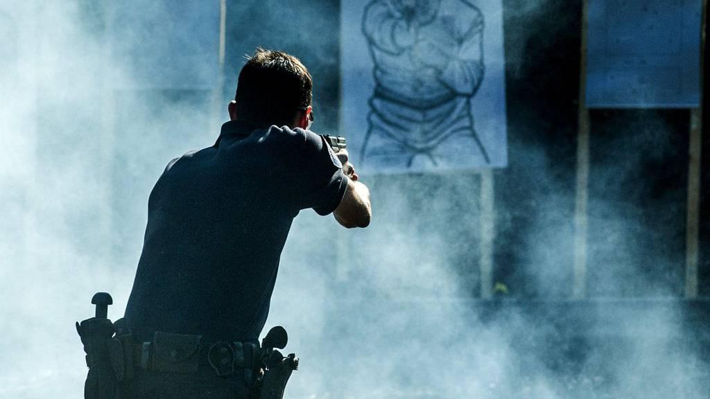 Polizisten müssen den Umgang mit der Waffe regelmässig üben.
