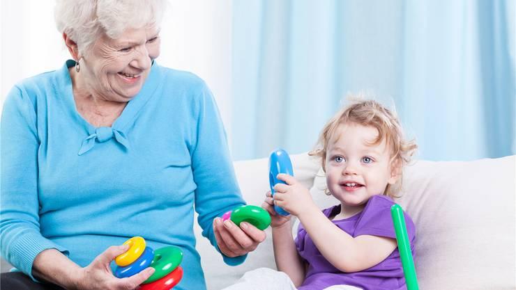 Die heutigen Grosseltern sind sehr beschäftigt – auf die Betreuung der Enkel verzichten wollen sie trotzdem nicht. Thinkstock