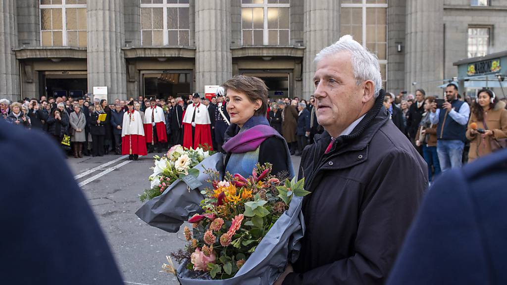 Simonetta Sommaruga und Hans Stöckli nach der Ankunft in Biel.
