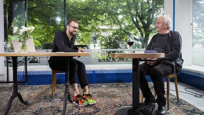 Der Schweizer Schriftsteller Peter Bichsel, rechts, im Gespräch mit dem Künstler und Moderator Livio Beyeler über Bichsels Kolumnen.