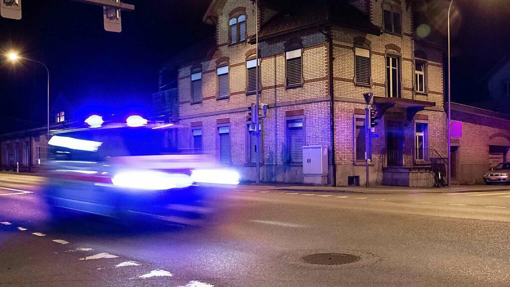 In Altstätten SG hat sich am Freitagabend der Fahrer eines Lieferwagens eine Verfolgungsjagd mit der Polizei geliefert. (Symbolild)