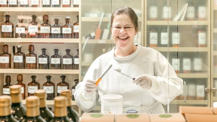 Sie sprudelt vor Energie: Barbara Göring in der Rezeptur der Apotheke Wyss.