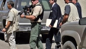 Blackwater-Mitarbeiter bewachen den früheren US-Zivilverwalter 2003