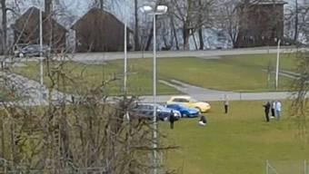 Vor wenigen Tagen standen diese Autos auf dem Fussballplatz.