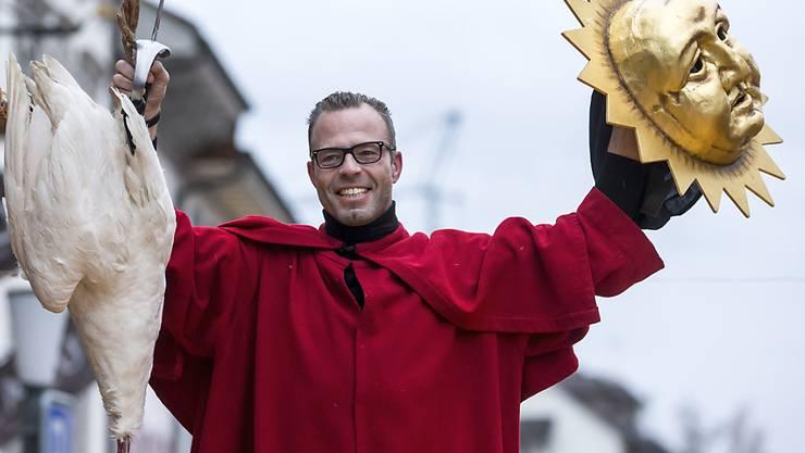 Jan Erni mit seiner geköpften Gans an der traditionellen Gansabhauet auf dem Rathausplatz in Sursee.