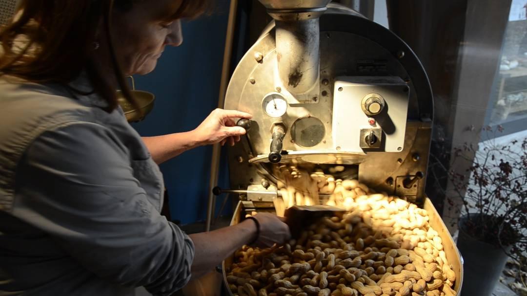 Frisch: Sabine Grüber röstet in Küttigen Erdnüssli, in der Woche vor dem Samichlaustag hat sie viel zu tun.