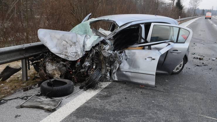 Bei einer Kollision zwischen einem Auto und einem Anhängerzug ist eine Person getötet worden. Die Hauptstrasse H10 ist seither in beiden Richtungen gesperrt.