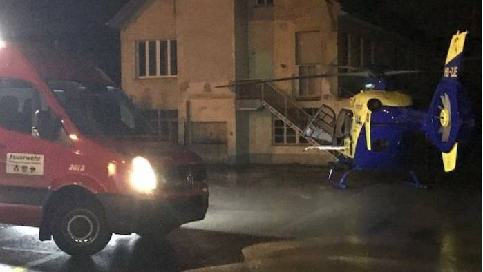 Nach einem Unfall fliegt der Helikopter eine verletzte Person ins Spital - die Feuerwehr regelt den Verkehr.