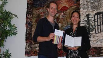 Isabelle Nold und Marco Looser stellen die neue Broschüre vor.