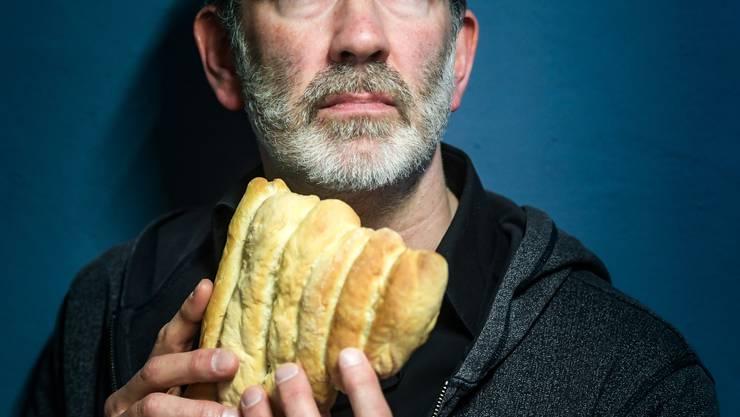 «Die Korrektheit verbrösmelet»: Der St.Galler Kabarettist Manuel Stahlberger und seine Panflöte aus Brot.