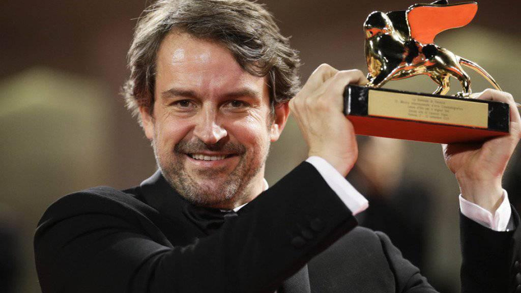 """Regisseur Lorenzo Vigas, dessen Drama """"Desde allá"""" am Filmfestival in Venedig mit dem Goldenen Löwen ausgezeichnet wurde, posiert in der Lagunenstadt für die Fotografen. Zum ersten Mal geht dank Vigas der Goldene Löwe nach Venezuela"""