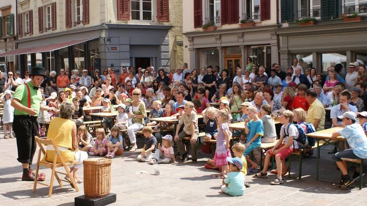 Dynamik in der Altstadt am ersten Gauklerfestival, auch wenn die Statistiker nicht beste Noten verteilen. (ach)