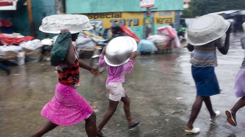 Nichts wie weg - Bewohner der haitianischen Hauptstadt Port-au-Prince fliehen vor den Fluten.