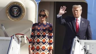 Der scheidende Präsident Donald Trump neben Ehefrau Melania  winkt zum Abschied - erklärt jedoch, dass er direkt wiederkommen will.