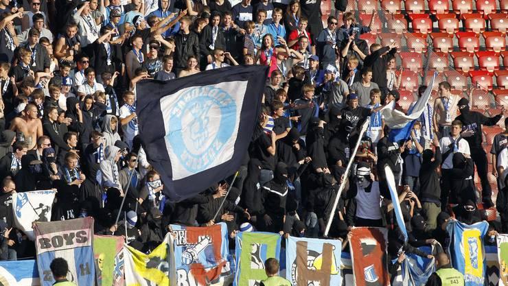 Spielabbruch: Vermummte GC Fans provozieren mit bemalten FCZ Fahnen im Oktober 2011