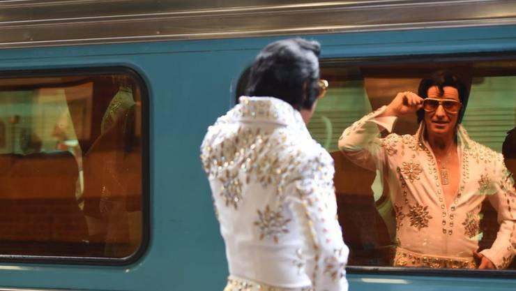 Nein, Elvis lebt definitiv nicht mehr: Der Kult um seine Person ist aber noch immer ungebrochen, wie die vielen Elvis-Doppergänger im Bahnhof Sydney derzeit zeigen.