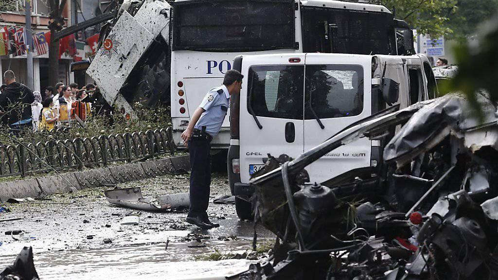 Das explodierte Auto am Ort des Terroranschlages im Zentrum von Istanbul