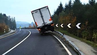 Lastwagen landet auf Leitplanke.
