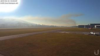 Der Rauch ist vom Flugplatz aus sichtbar.