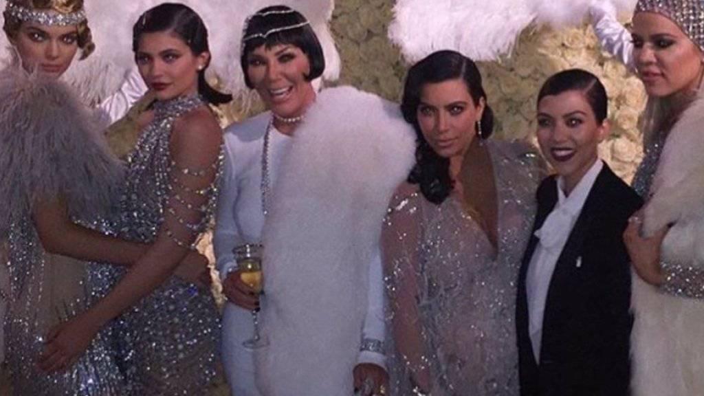 Kris Jenner (3.v.l.) inmitten ihrer fünf Töchter - Motto: «The Great Gatsby» (Twitter).